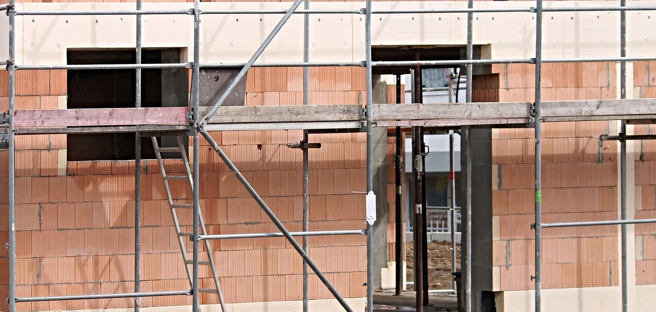 Docieplanie budynków – najważniejsze technologie. Natrysk pianki poliuretanowej – cennik usług budowlanych
